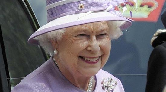 تیپ جالب ملکه بریتانیا در ۹۱ سالگی در حال رانندگی