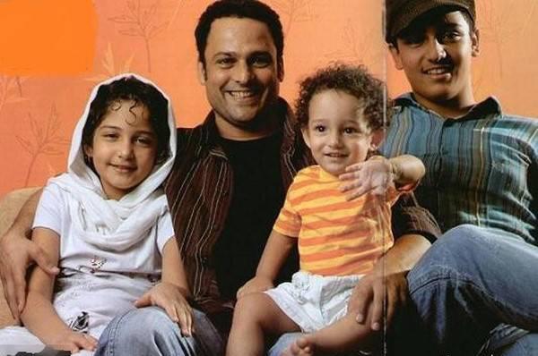 حسین یاری کنار فرزندانش