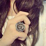 انگشترهای دردسرساز در دستان دختر جوان