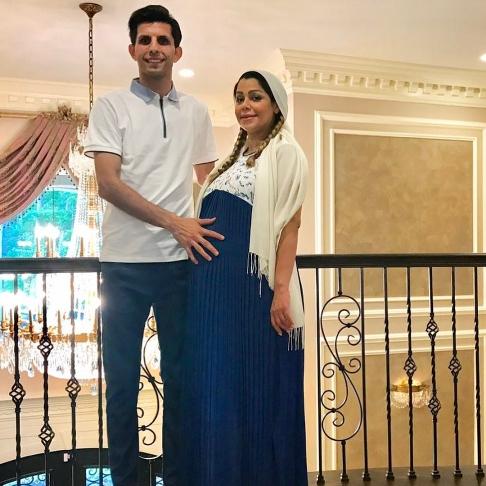 وحید طالب لو در کنار همسر باردارش