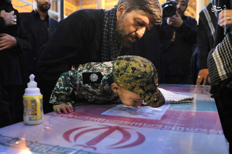 پسر شهید حججی در کنار تابوت پدر