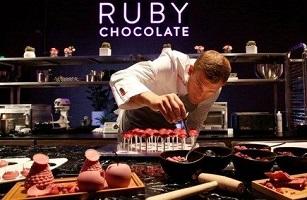 تولید شکلات صورتی شگفت انگیز برای نخستین بار