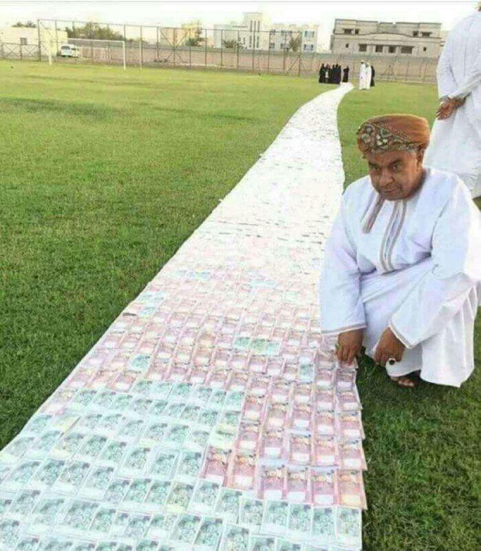 پهن کردن فرش پول زیر پای عروس