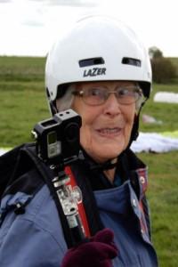 نترسترین پیرزن دنیا/ مادربزرگی که روی بالگرد در حال پرواز راه میرود