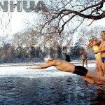 شنای زمستانی چینیها در استخر یخچالی