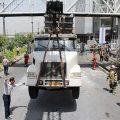 کامیون کمپرسی در تهران زیر پل عابر پیاده گیر کرد / عکس
