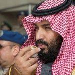 محمد بن سلمان در حال تماشای کعبه از هتل لاکچری