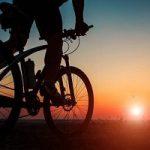رکاب زدن دوچرخه سنگین با وزن ۱ تن توسط یک پیرمرد