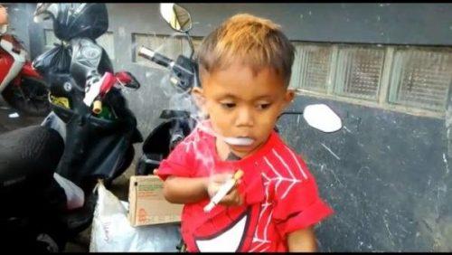 سیگار کشیدن کودک دو و نیم ساله