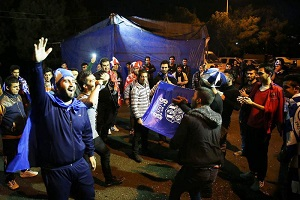 هواداران سرخابی شب قبل از دربی در اطراف ورزشگاه