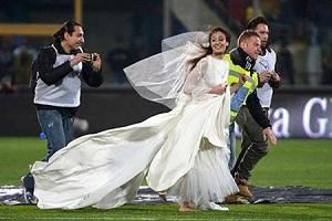 مراسم عجیب ازدواج زوج جوان داخل زمین فوتبال!