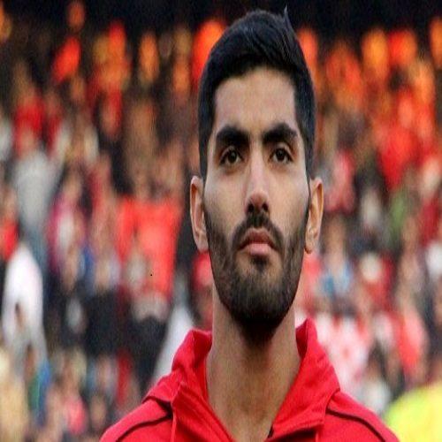 محمد انصاری بازیکن مصدوم پرسپولیس در حال اقامه نماز