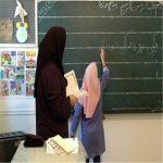 تصاویری از معلم ایرانی که نقاشیهای دانش آموزان خود را بر تن کرد