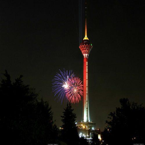قرمز شدنبرج میلاد تهران به خاطر بازی پرسپولیس