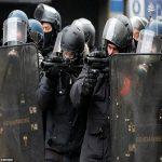 شلیک بی شمار گاز شک آور در خیابان شانزه لیزه