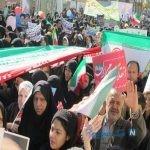تصویری از یک عروس و داماد در راهپیمایی یزد