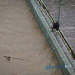سلفی مردم با سیلاب رودخانه کن در تهران
