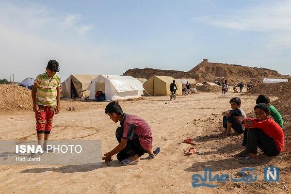 کودکان سیل زده حمیدیه در حال جمع آوری زباله