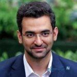 بوسه آذری جهرمی وزیر ارتباطات بر دستان معلمش