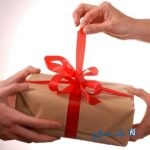 دختر شیروانی هدیه وزیر کشور را تحویل گرفت!