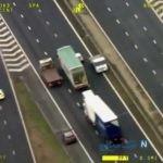 حرکت خطرناک راننده تریلی در یک بزرگراه