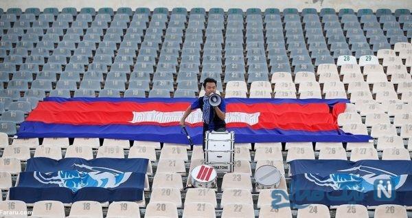 تصاویری جالب از تنها هوادار کامبوج به همراه پرچم های خاص او