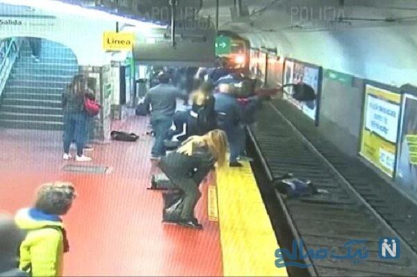 نجات معجره آسای زن که روی ریل مترو پرتاب شد