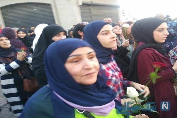 زنان لبنانی با گل های رز در خیابان های بیروت