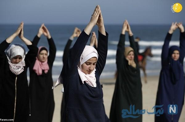 تصاویر جالب از تمرین یوگا زنان فلسطینی لب ساحل