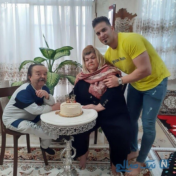اسدالله یکتا و پسرانش درکنار همسرش