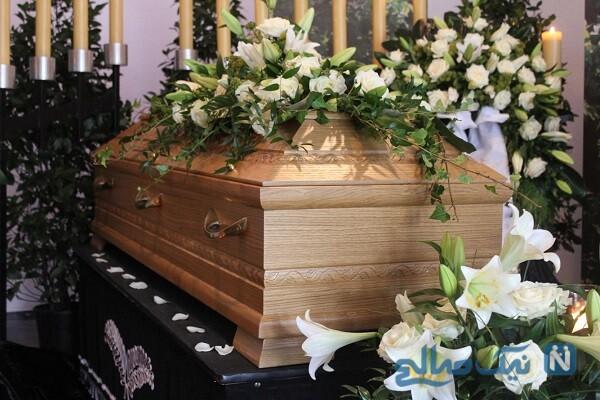 دست تکاندادنِ جسد از داخلِ تابوت هنگام خاکسپاری رسمی
