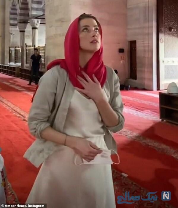 خانم بازیگر با روسری در یک مسجد تاریخی