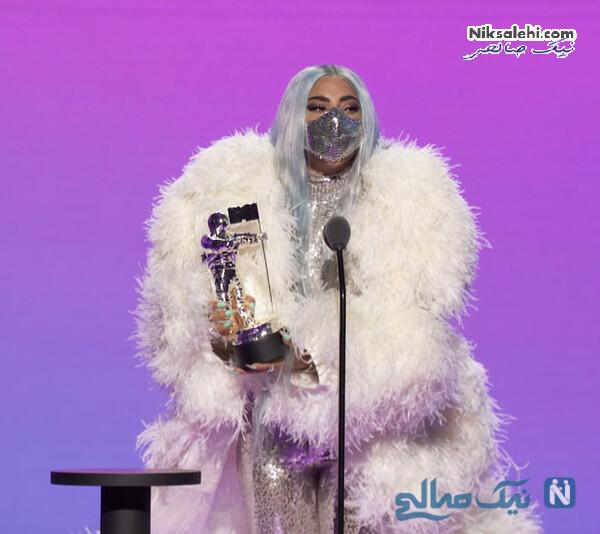لیدی گاگا هنگام دریافت جایزه