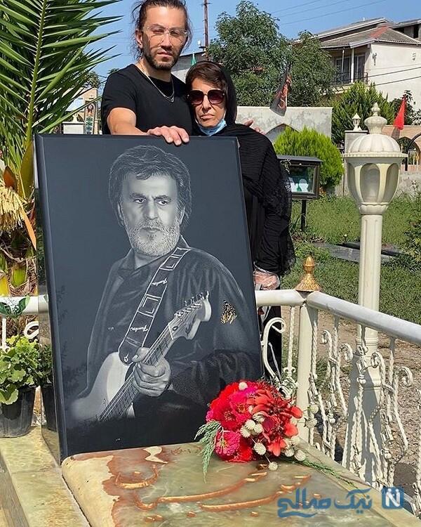 محمد محبیان همراه مادرش برسر مزار پدرش