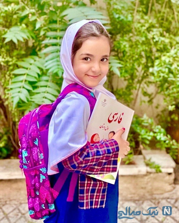 تیارا صادقی با لباس مدرسه