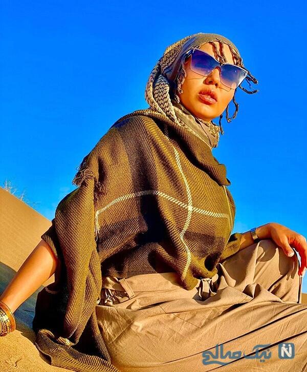 تیپ عجیب و متفاوت آزاده زارعی با عینک آفتابی در کویر