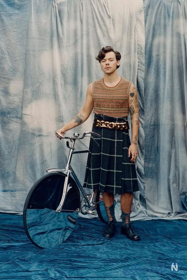 لباس های هری استایلز با استایل زنانه