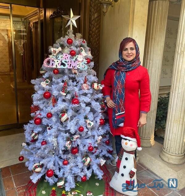 کمند امیر سلیمانی کنار درخت کریسمس