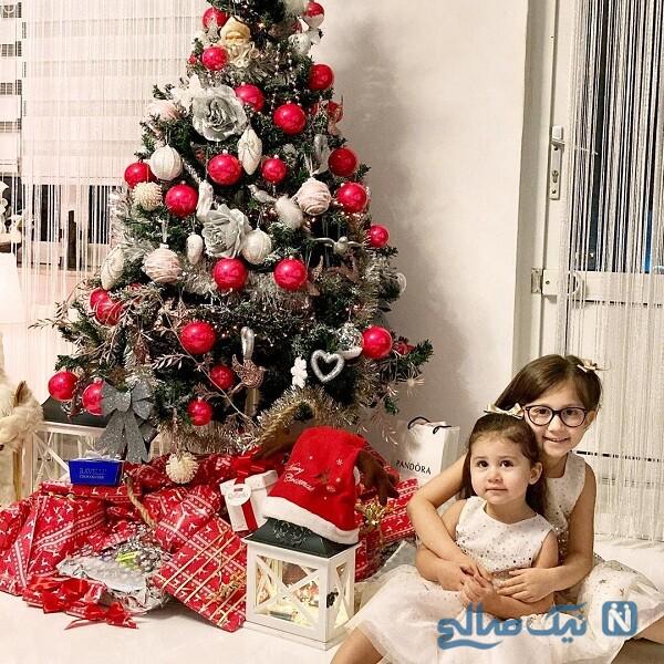 دختران شاهرخ استخری کنار درخت کریسمس