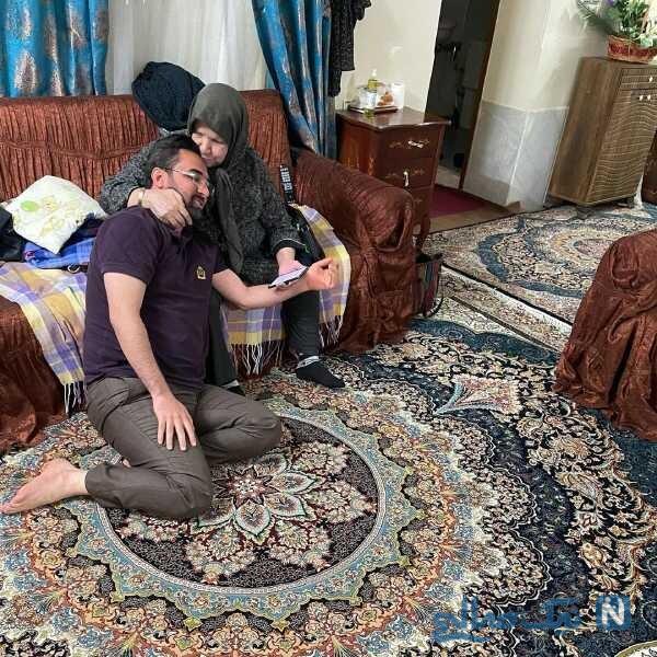 آذری جهرمی در آغوش مادرش