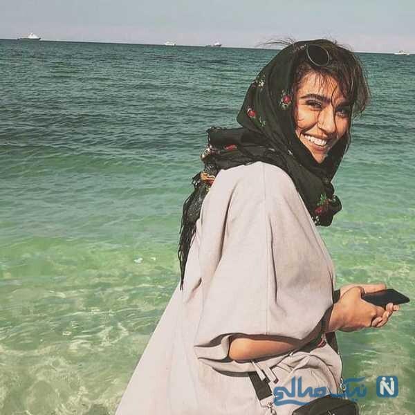 خانم بازیگر لب دریا