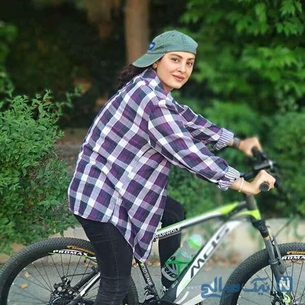 دوچرخه سواری بازیگر زن