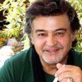 رضا رویگری بازیگر ایرانی با کمر خمیده در مراسم خاکسپاری علی انصاریان