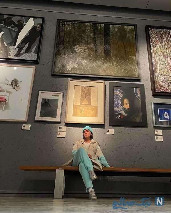 خانم بازیگر در گالری نقاشی
