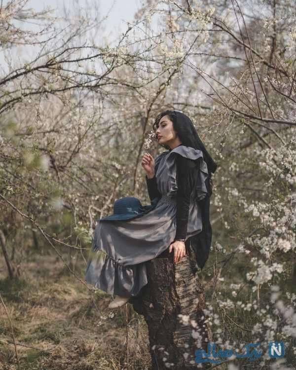 بازیگر جوان در میان شکوفه های بهاری