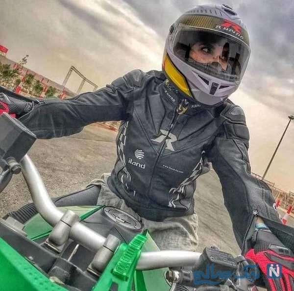 لیلا بلوکات در حال موتور سواری