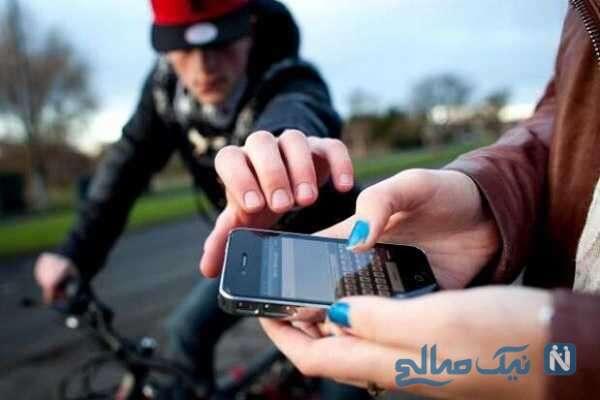 سرقت گوشی همراه در کسری از ثانیه در مقابل پلیس