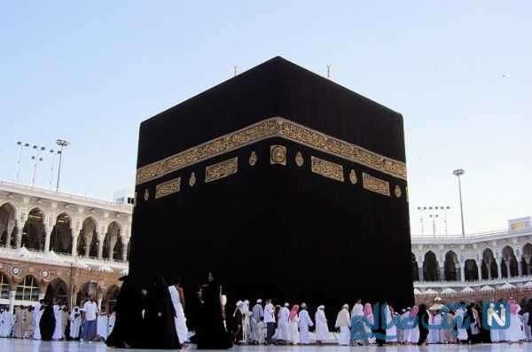 اقامه نماز جماعت با رعایت فاصله اجتماعی در دور تا دور خانه کعبه