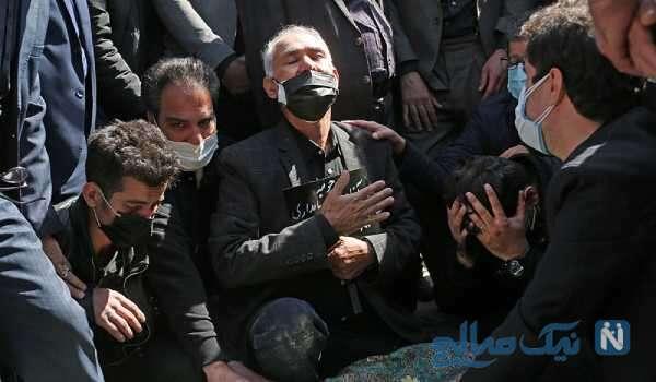 عکس پدر آزاده نامداری در مراسم خاکسپاری دخترش