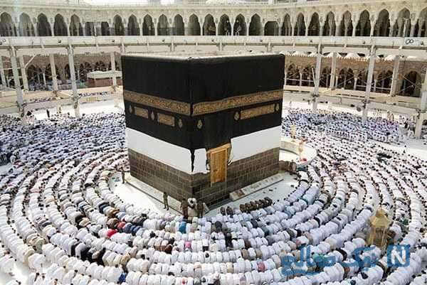 لحظات زیبا از اتفاق جالب برای یک شهروند هنگام نماز خواندن در خانه کعبه